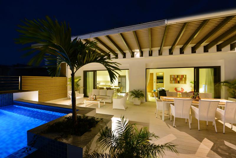 'Dip pool', terrasse et intérieur en soirée